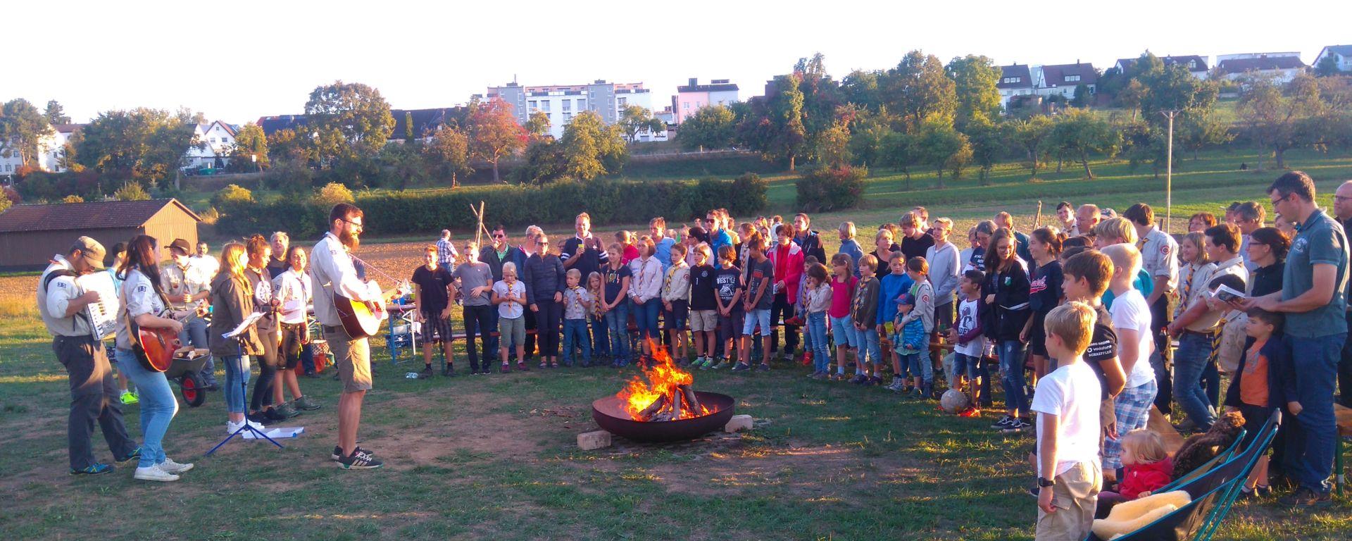 Lagerfeuer-Atmospäre beim Familiengrillabend