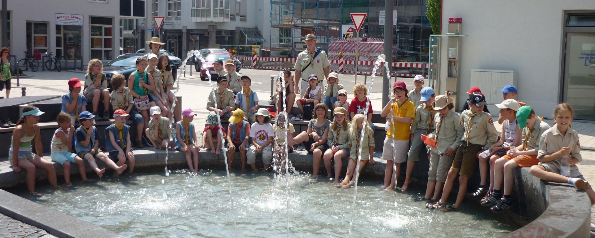 Am Markplatzbrunnen nach dem Stadtspiel