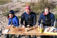 Taucher an Land beim Essen
