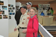 Richard Breite und Frau an der Fotogalerie - Ob sie sich auf einem der vielen hundert Fotos erkannt haben?