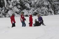 Die Kids finden im Schnee immer etwas zum spielen.
