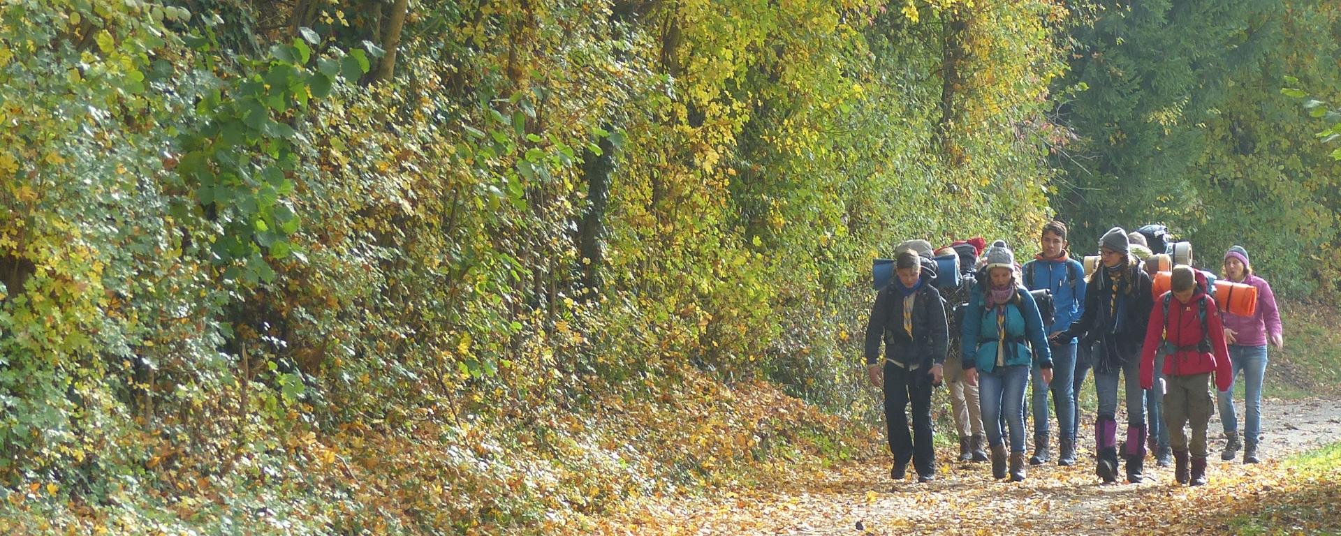 Pfadfinder unterwegs im Herbst auf einem Hajk