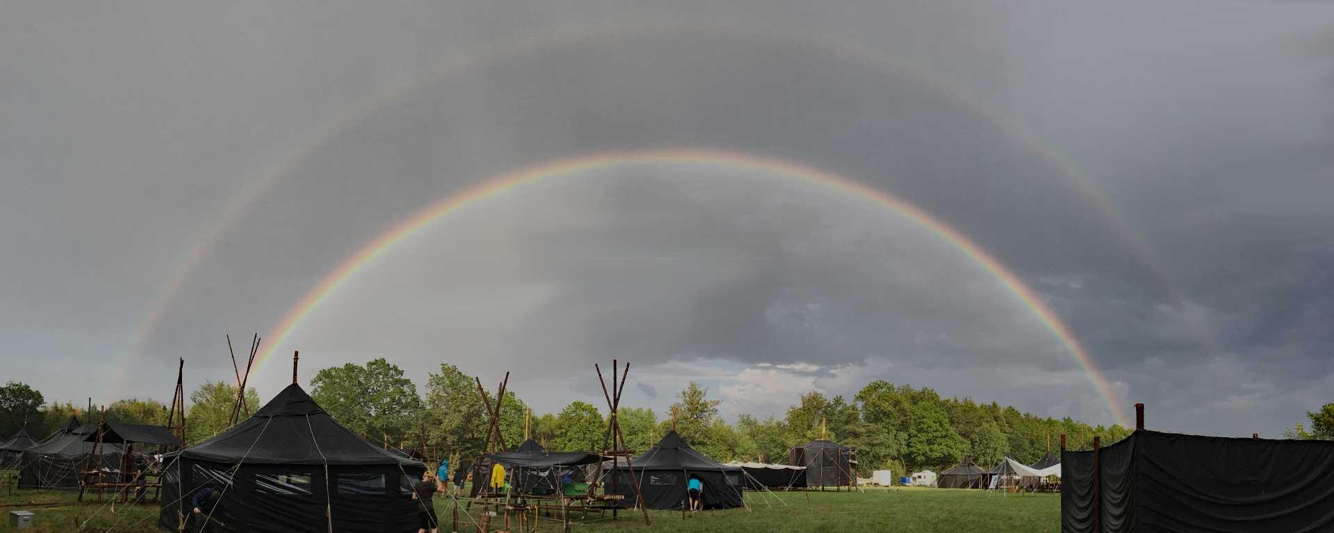 Gigantischer Regenbogen über unserem Camp